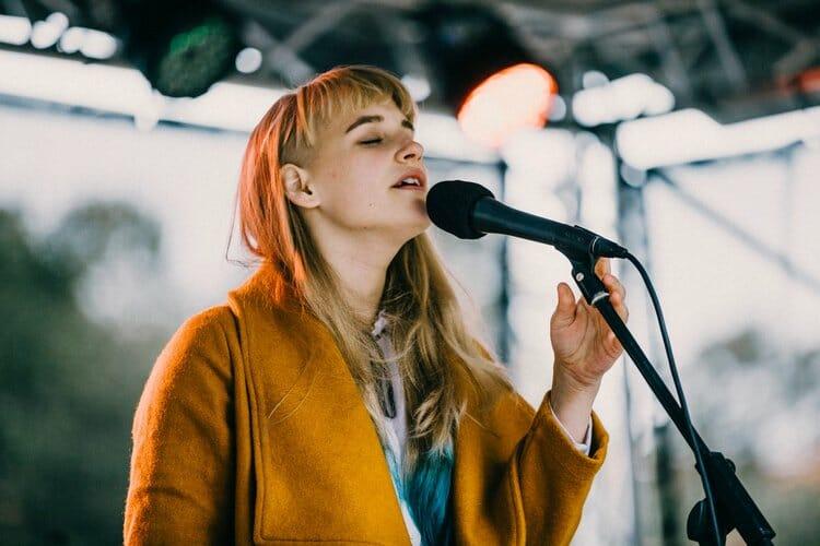 Seznamte se s Aiko. Nadaná mladá zpěvačka z Česka, která svou kariéru začala nahráváním videí na YouTube.