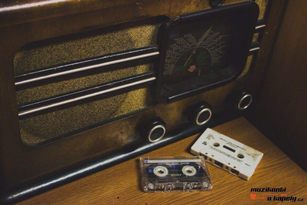 staré rádio, kazety,